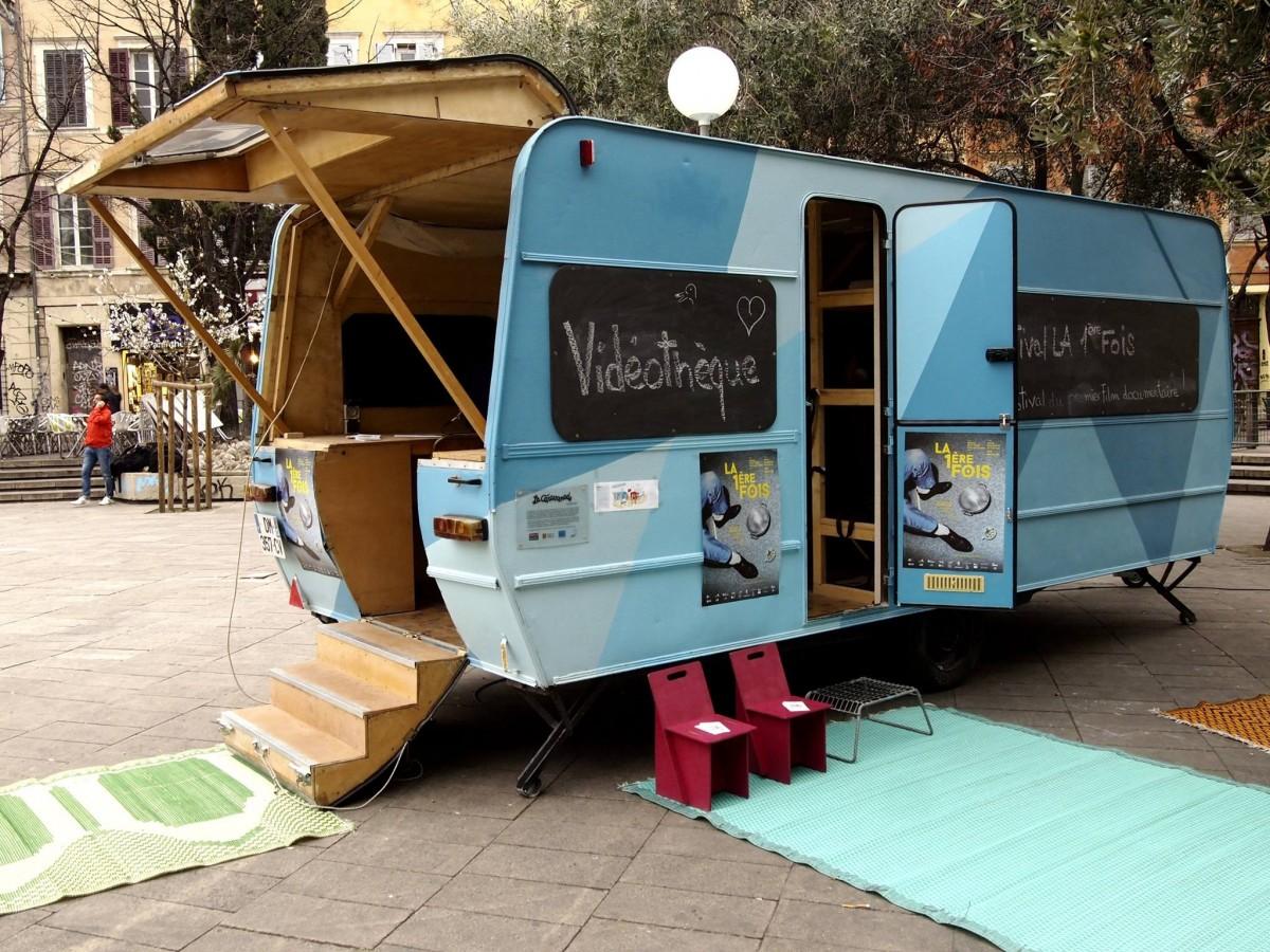 Un salon de visionnage de documentaires Cours Julien