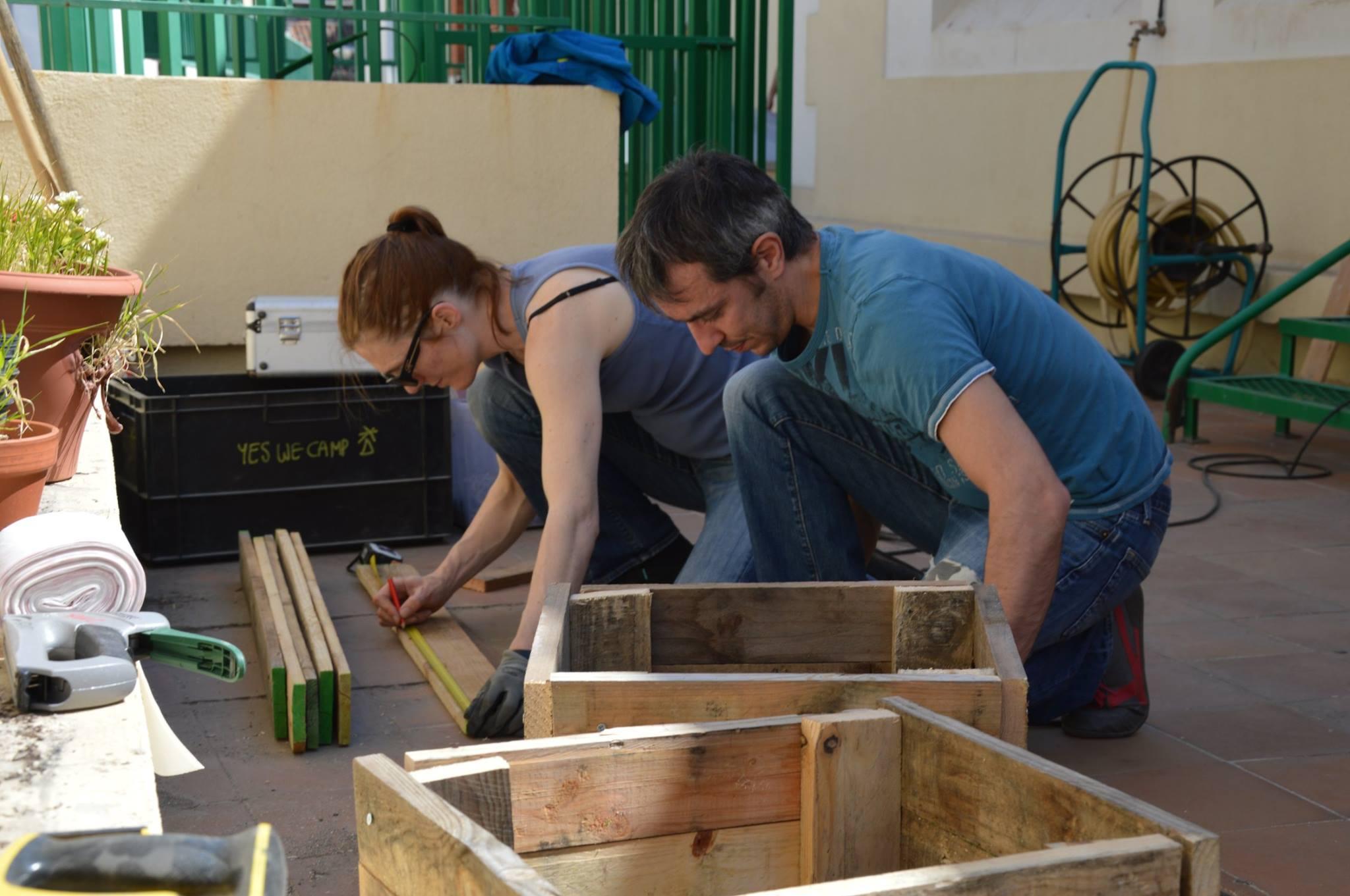 Construction d'un jardin hors-sol dans une école maternelle